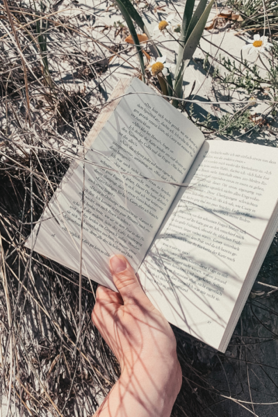 Today I've gathered 5 of my favorite books I've read this year that I think are the best beach reads for this Summer.